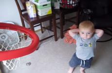 vídeo de bebé jugando al baloncesto