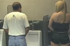 broma en el baño de hombres