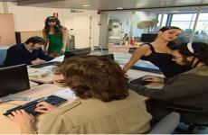las chicas de se lo que hicisteis intentan seducir a un equipo de informaticos